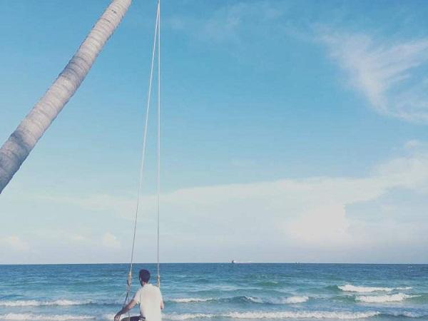 bãi tắm đẹp nhất trên đảo với cát trắng mịn, bờ biển dài, thoai thoải, dịch vụ đa dạng từ lặn biển, chèo thuyền, ca nô nước,…sẽ níu chân du khách.