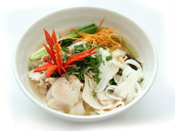 Sợi hủ tiếu được ăn khô, khi ăn dùng đũa trộn đều với nước sốt từ cà chua và gia vị tạo nên sự đậm đặc