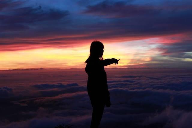 Săn mây trên mỏm đá khi leo núi Bà Đen