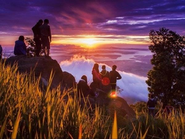 Leo núi Bà Đen ban đêm mới kịp đón bình minh