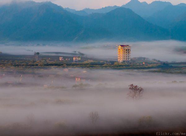 Cả thị trấn trù phú vẫn như còn ngái ngủ trong chiếc chăn mây mỏng.