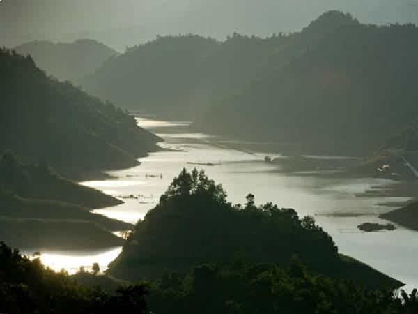 Thung Nai nép mình trong lòng hồ thủy điện Sông Đà