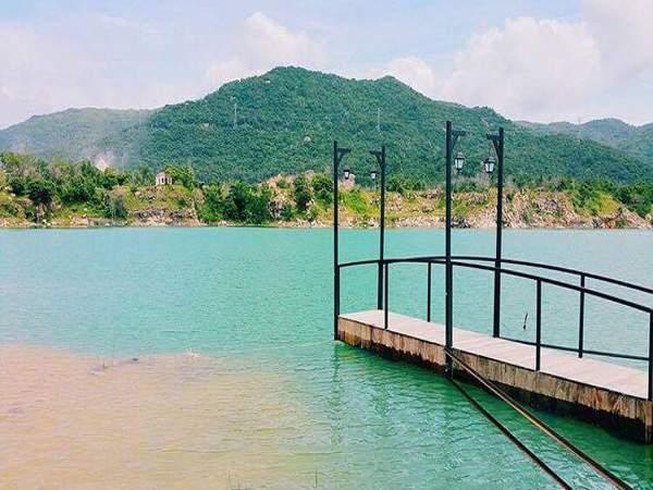 Hồ Đá Xanh hiện ra trước mắt là sự hoà quyện của vẻ mộng mơ lẫn cảnh sắc hùng vĩ